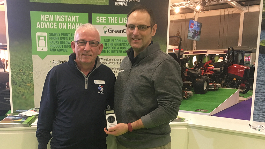 Chris Sheehan of BIGGA with Glenn Kirby for light meter draw